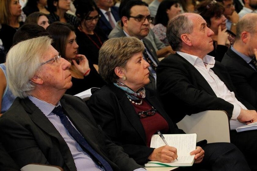 The head of the U.N. Economic Commission for Latin America and the Caribbean, Alicia Barcena, is seen with Uruguay's ministers of economy, Danilo Astori (left) and labor, Ernesto Murro, during the presentation of a report on the aging of the Uruguayan population. EFE
