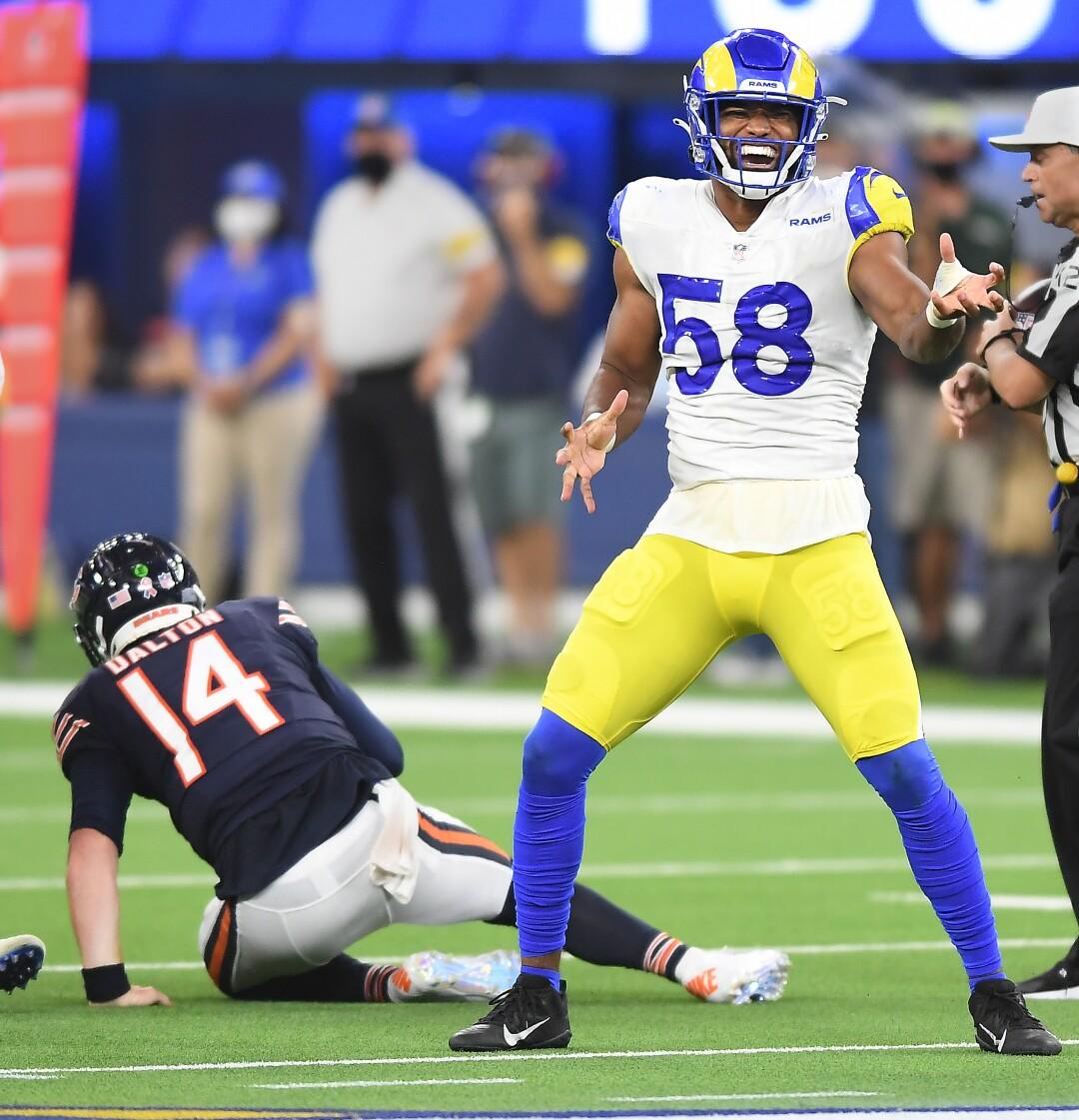 Le secondeur des Rams de Los Angeles Justin Hollins célèbre après avoir limogé le quart-arrière des Bears de Chicago Andy Dalton