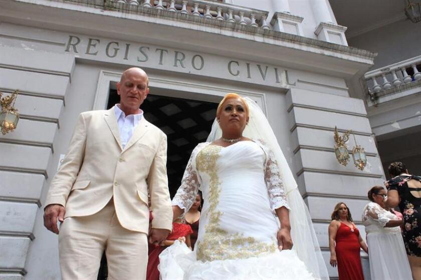 Un estadounidense de nombre Martín (i) y la transexual mexicana Danna Paola (d) fueron registrados este sábado a la salida de la ceremonia de su matrimonio civil, en el estado de Veracruz (México). EFE