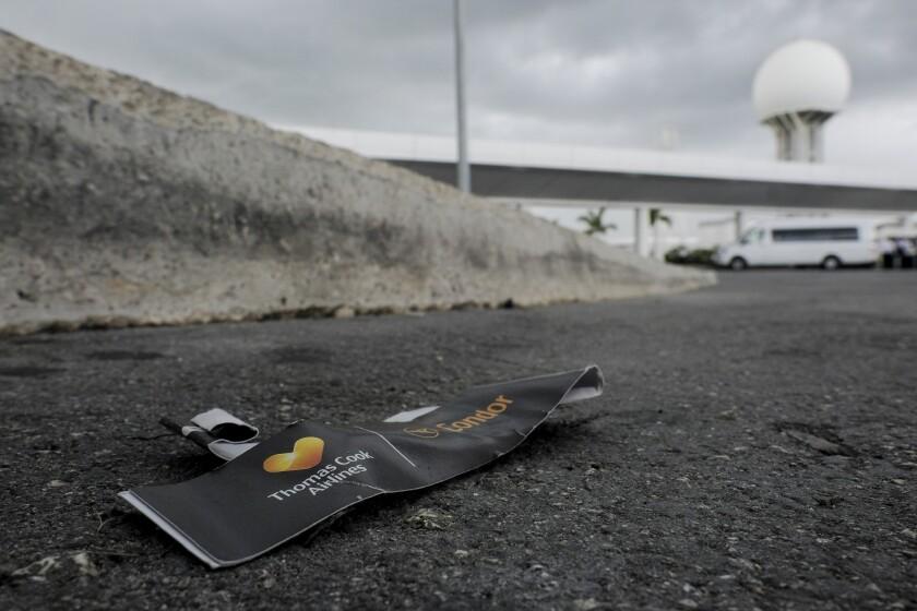 La foto muestra una etiqueta de equipaje Thomas Cook en la calle fuera del aeropuerto de Cancún, México, 23 de septiembre de 2019. El colapso de la operadora turística británica Thomas Cook y su red de aerolíneas y hoteles dejó a decenas de miles de personas varadas en el mundo. (AP Foto/Victor Ruiz)
