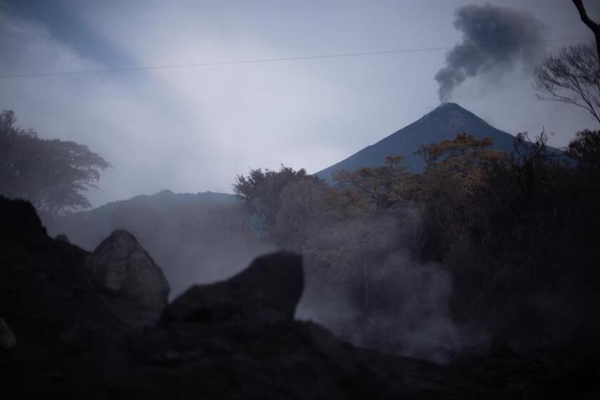 Vista de la fumarola de vapor de la caida de un lahar en una vertiente del volcán de Fuego. EFE/Archivo
