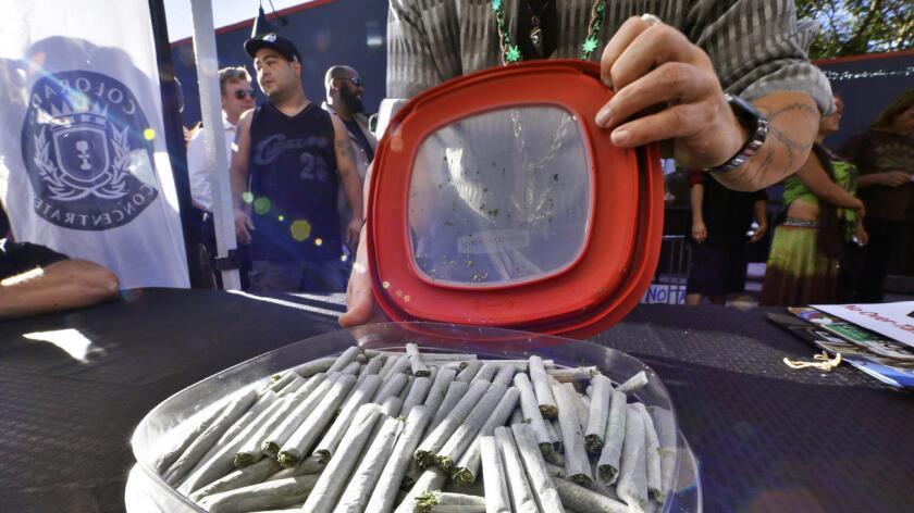 Foto de archivo. En la imagen aparece un contenedor con cigarrillos de marihuana o 'joints' , gratis , en un rally en Denver.