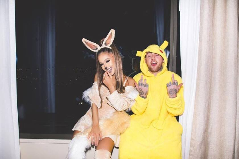 En esta imagen del 2016, Mac Miller aparece con su entonces novia Ariana Grande durante los festejos de Halloween.