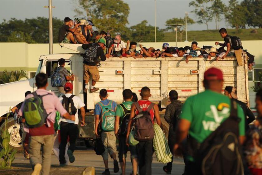 Migrantes hondureños suben a un camión durante el inicio de otro día de travesía hacia Estados Unidos, hoy miércoles, 24 de octubre de 2018, desde la población de Huixtla, en el estado de Chiapas(México). EFE