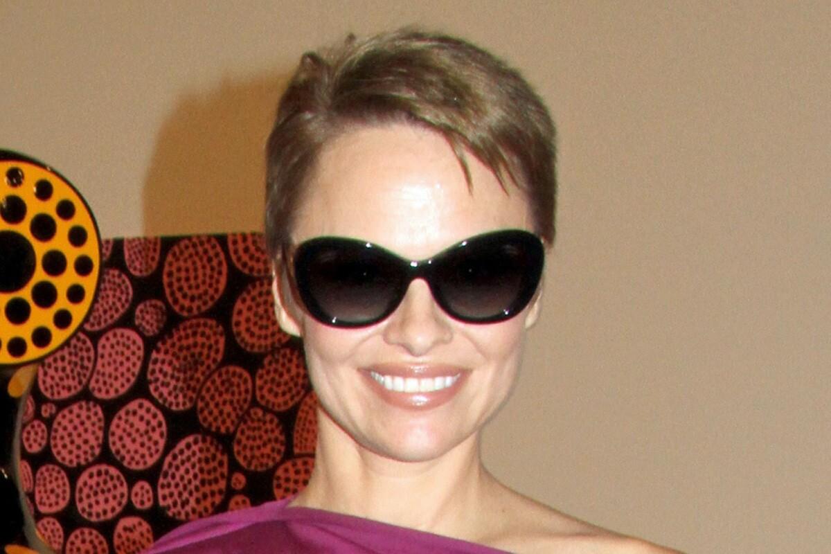 Pamela Anderson Debuts New Brunette Hair Style Los Angeles Times