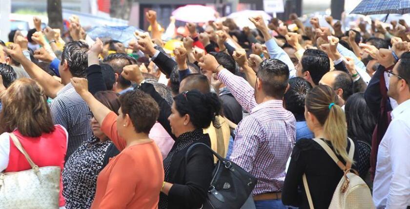 Con un minuto de silencio, el puño en alto y un simulacro en el que participaron 8,1 millones de personas los mexicanos recordaron hoy a las víctimas de los terremotos del 19 de septiembre de 1985 y 2017, que devastaron el sur y centro del país. EFE