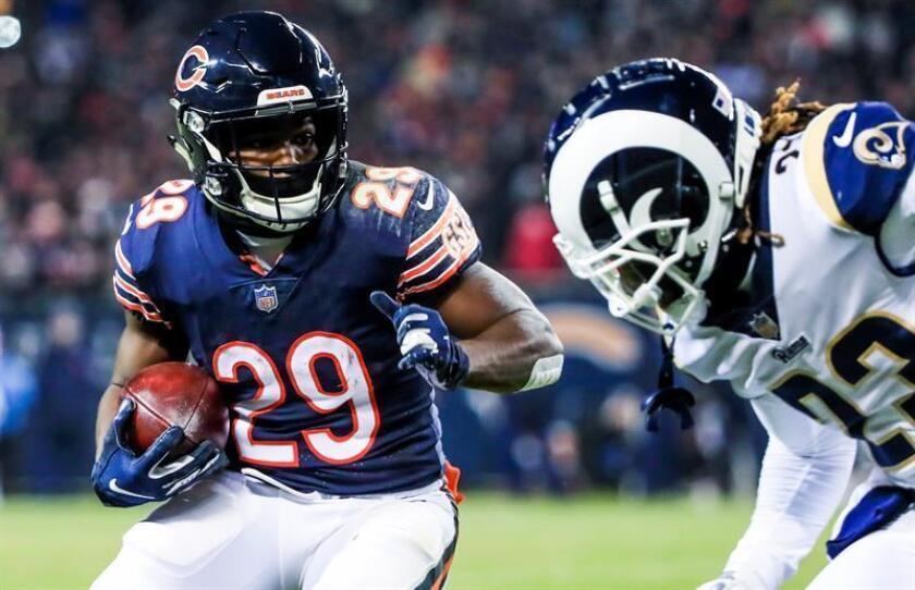 El jugador de los Chicago Bears Tarik Cohen (i) corre con el balón ante la oposición del defensa de Los Angeles Rams Nickell Robey-Coleman (d), durante el partido disputado hgoy en Chicago. EFE