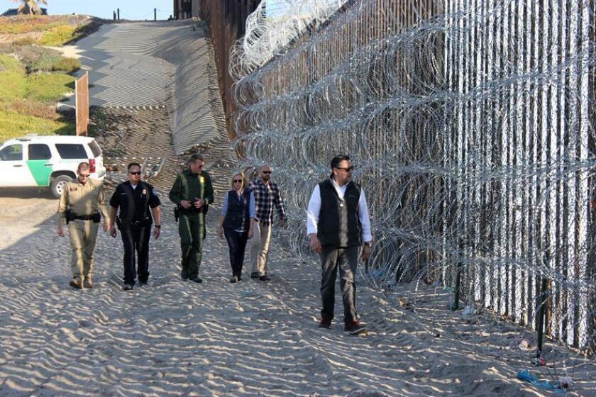 La secretaria del Departamento de Seguridad Nacional (DHS) de Estados Unidos, Kirstjen Nielsen, camina acompañada de varios responsables de diferentes dependencias de las fuerzas de seguridad hoy, martes 20 de noviembre de 2018, durante una inspección al refuerzo de la valla fronteriza que separa a San Diego (EE.UU.) y Tijuana (México). EFE