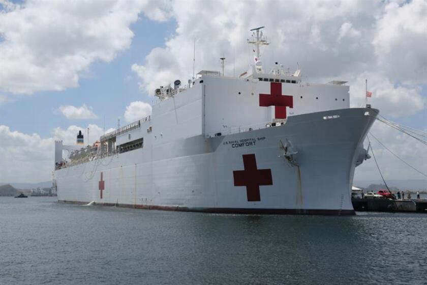 El barco hospital USNS Comfort de la marina estadounidense zarpará del muelle de San Juan el próximo lunes para abastecer sus suministros médicos, de alimentos y otras provisiones necesarias para continuar con su misión de atender a puertorriqueños tras el paso del huracán María. EFE/ARCHIVO