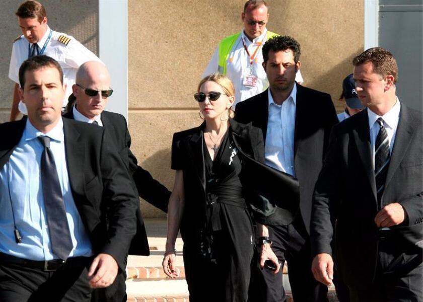 Maddona (c) llega a Marsella (Francia) donde se reunió con los familiares y amigos del operario que falleció el 16 de julio de 2009 cuando montaba el escenario de su concierto. EFE/Archivo