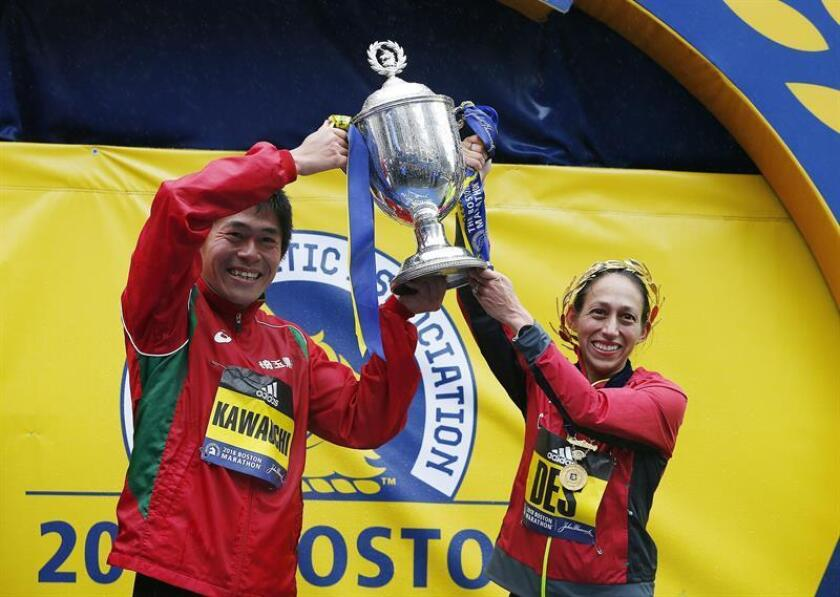 El japonés Yuki Kawauchi y la estadounidense Des Linden celebran en el podio la victoria conseguida en la edición número 122 del Maratón de Boston, Massachusetts, EE.UU., el 16 de abril del 2018. EFE