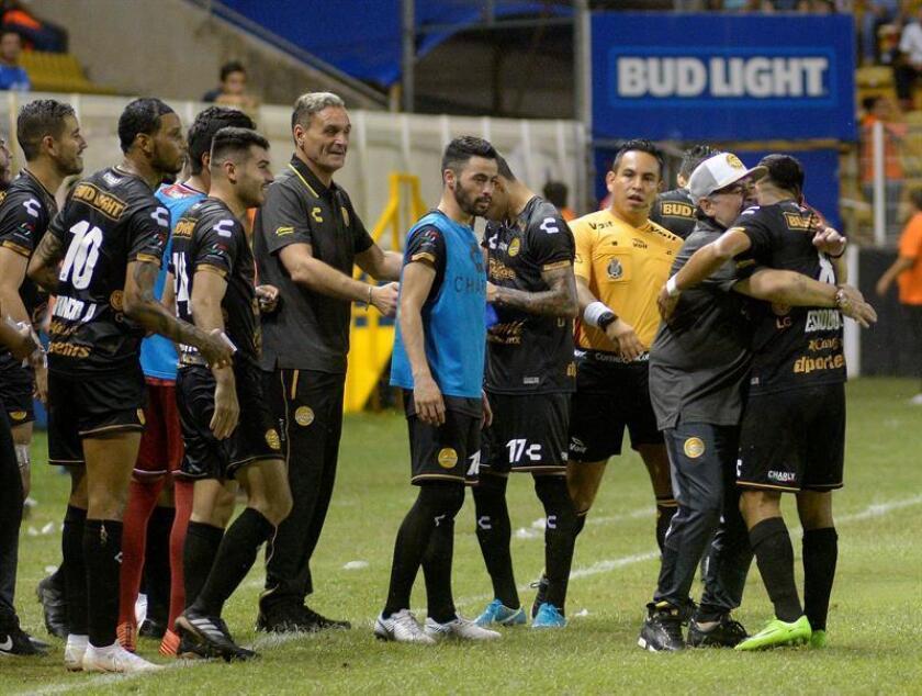 El técnico de Dorados De Culiacán, Diego Armando Maradona (2i), celebra con su jugadores su triunfo ante Cafetaleros de Tapachula este pasado lunes 17 de septiembre de 2018, durante el juego correspondiente a la jornada 8 de la liga de ascenso MX, celebrado en el estadio Banorte en la ciudad de Culicán, Sinaloa (México). EFE