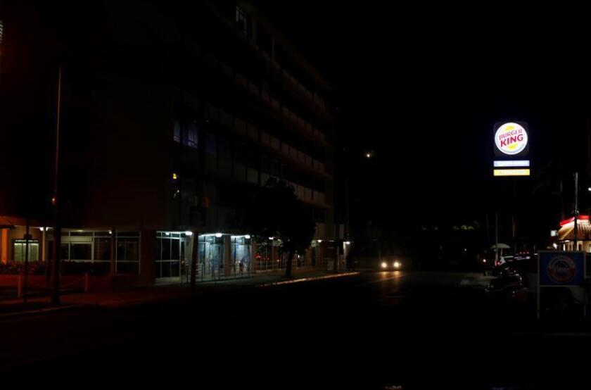 Vista de una calle de la ciudad de San Juan (Puerto Rico), que pertenece sin luz tras un apagón. EFE/Archivo