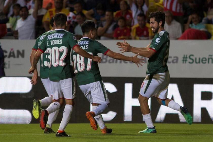 Rodolfo Pizarro (d) de Chivas celebra una anotación ante Morelia hoy, viernes 30 de marzo de 2018, durante un juego de la jornada 13 del torneo mexicano de fútbol, celebrado en el estadio Morelos de la ciudad de Morelia (México). EFE