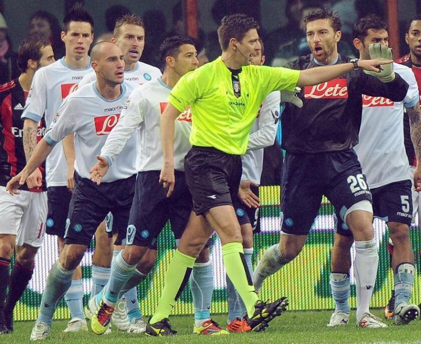 Los jugadores del Nápoles discuten con el árbitro Gianluca Rocchi (c). EFE/Archivo