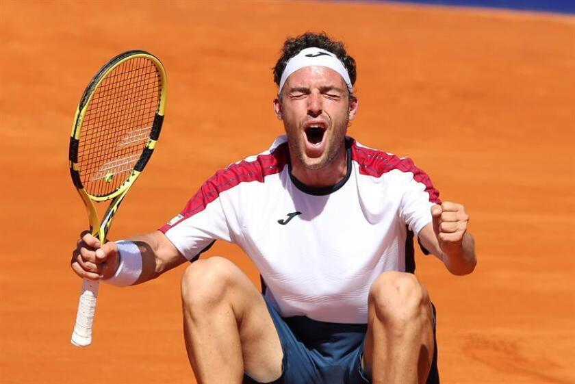 El italiano Marco Cecchinato festeja luego ganar el Abierto de Argentina ATP 250 este domingo tras vencer al argentino Diego Schwartzman en Buenos Aires (Argentina). EFE