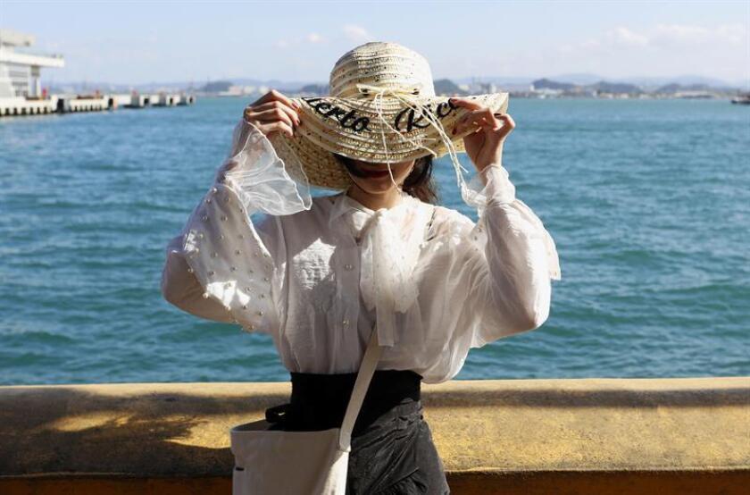 Fotografía donde aparece una turista tomándose unas fotos cerca del Puerto de San Juan. EFE/Archivo