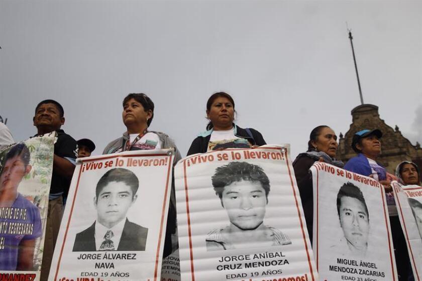 Familiares y amigos de los estudiantes desaparecidos hace 4 años en Ayotzinapa se manifiestan el miércoles 26 de septiembre de 2018, en Ciudad de México (México). EFE/Archivo