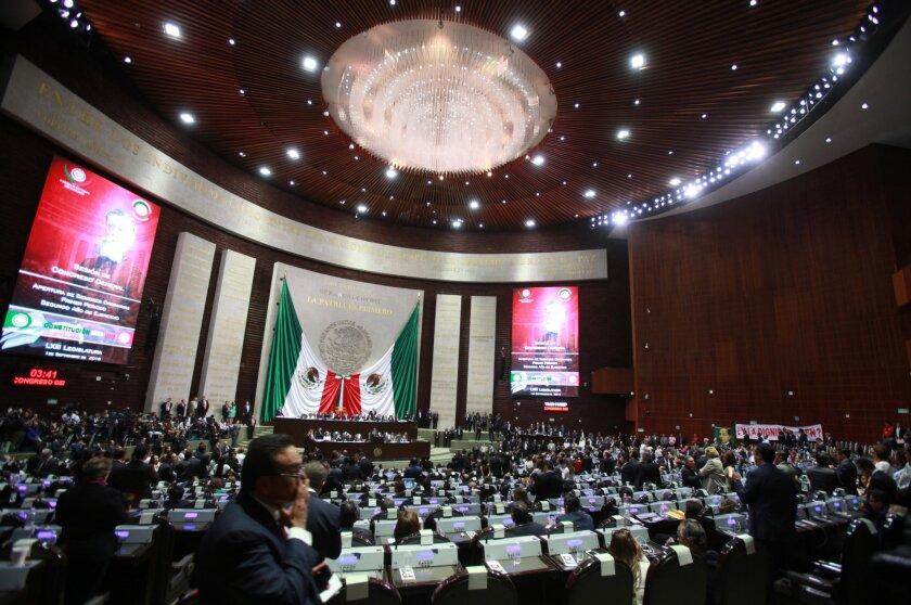 Vista general durante la sesión plenaria donde el secretario de Gobernación, Miguel Ángel Osorio Chong, presentó el cuarto informe del mandato del presidente Enrique Peña Nieto (2012-2018). EFE/Mario Guzmán