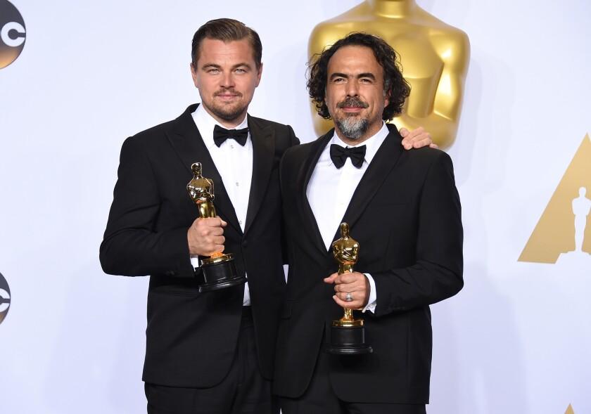 """Leonardo DiCaprio, izquierda, ganador del Oscar al mejor actor por """"The Revenant"""" y Alejandro G. Iñárritu, ganador del Oscar al mejor director por """"The Revenant."""
