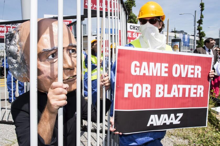 Un activista con una máscara de Joseph Blatter participa en una manifestación en Zúrich, Suiza, el jueves, 28 de mayo de 2015.