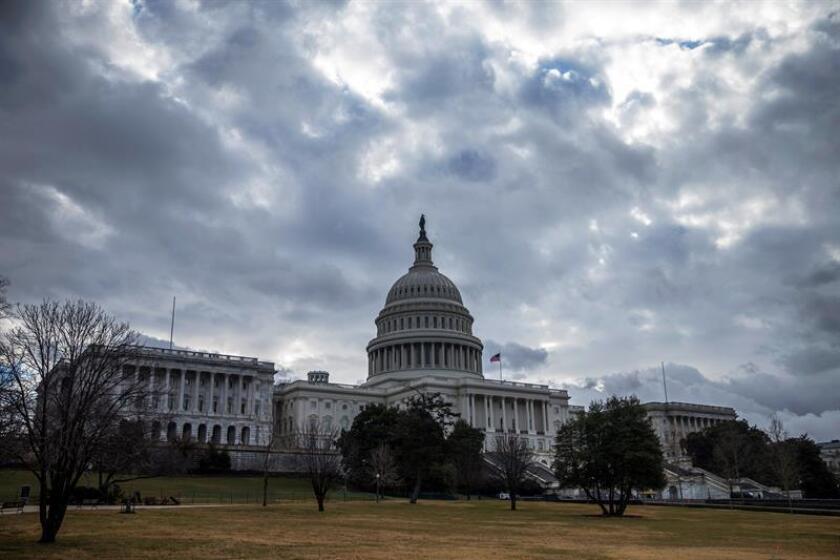 Vista del Capitolio en Washinton, Estados Unidos. Un grupo bipartidista de 48 legisladores de la Cámara de Representantes presentará hoy una nueva propuesta para resolver el problema migratorio en el país, pese a que la Casa Blanca ya ha planteado su plan, mucho más conservador de lo que se debatía en los últimos meses en el Senado. EFE/Archivo