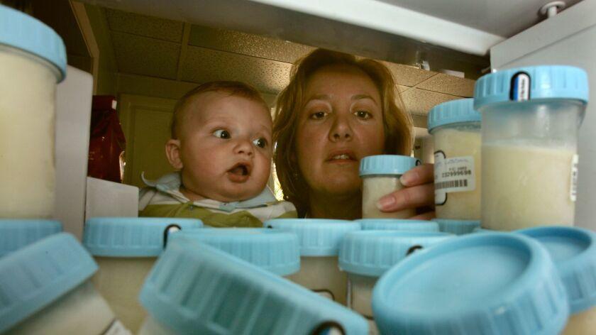 Seib, Al –– – 095699.HE.0405.milk.ALS. Sherman Oaks, CA. Cynthia Dewey with baby Alex, 4 months old.