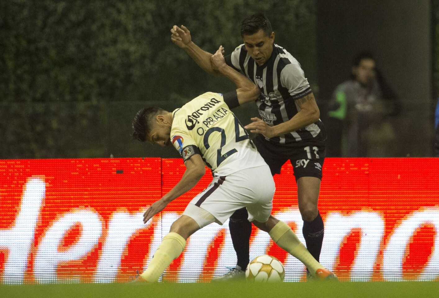 Necaxa's Jesus Isijara, right, fights for the ball with America's Oribe Peralta during a Mexico soccer league in Mexico City, Sunday, Dec. 4, 2016. (AP Photo/Christian Palma)