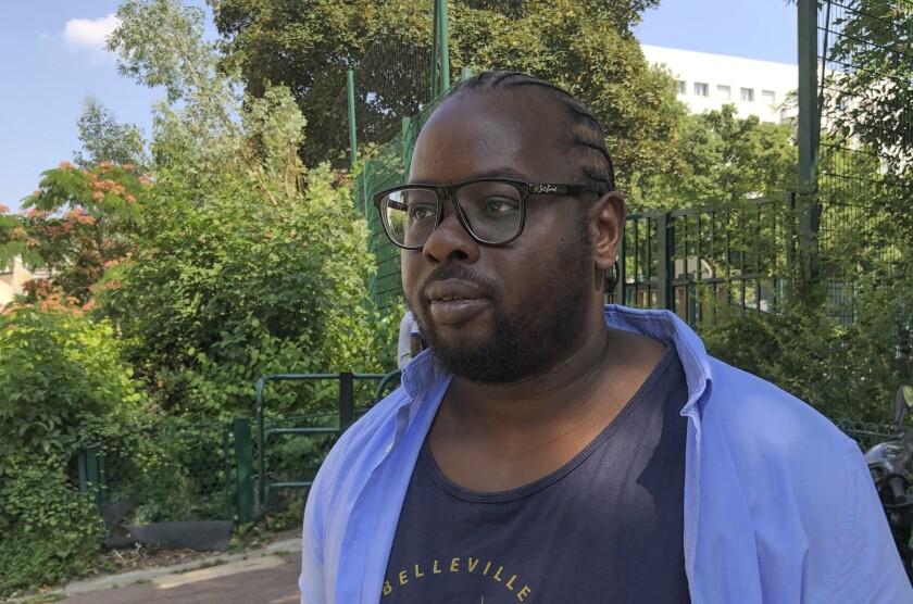 Issa Coulibaly, director de Pazapas, una asociación juvenil del este de París, posa durante una entrevista con Associated Press en París, el miércoles 21 de julio de 2021. (AP Foto/Alex Turnbull)