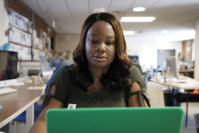 Dana Anthony trabaja en su escritorio en el periódico The Daily Tar Heel en Chapel Hill, Carolina del Norte.