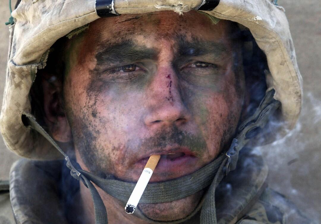 از نزدیک دریایی که سیگار می کشد ، صورتش پوشیده از خاک است