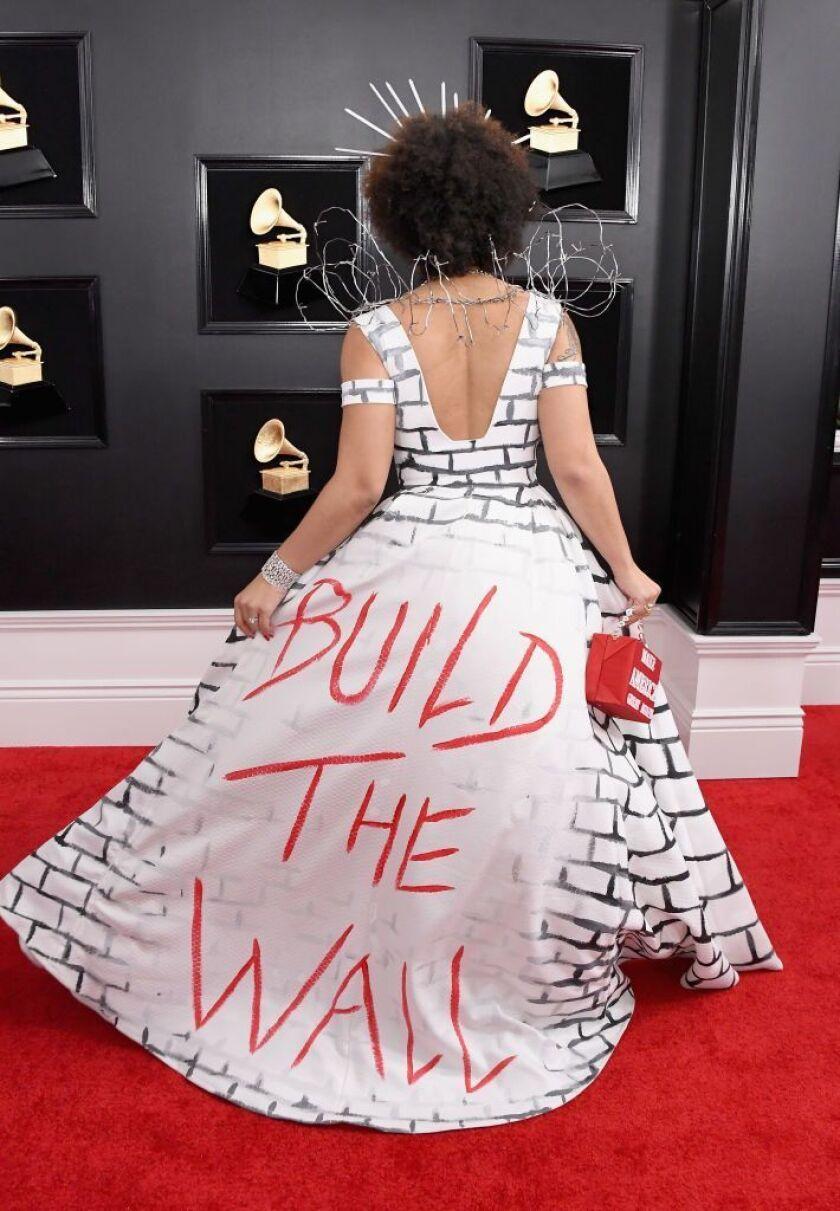 """""""Esto es en lo que creo"""", dijo Villa a Marc Malkin de la revista Variety. El vestido estaba envuelto en plata con mechones de alambre de púas en los hombros y con una bolsa de """"Make America Great Again""""."""