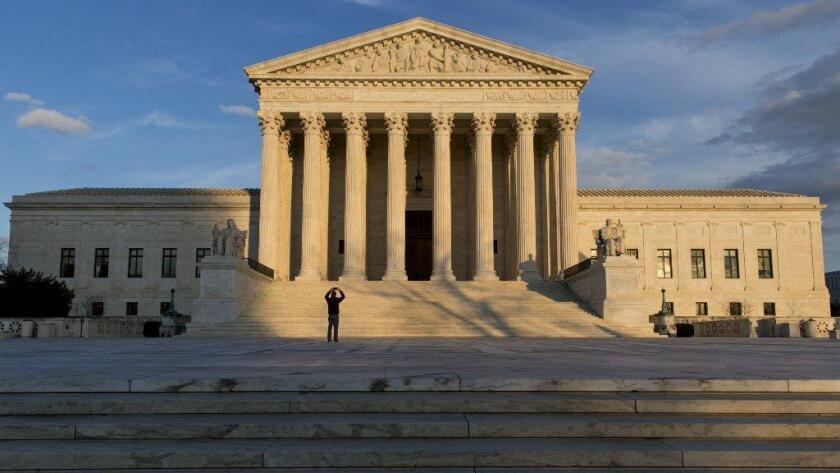 Los jueces dijeron el lunes que ponderarán un asunto que afecta a miles de inmigrantes detenidos durante meses e incluso años sin recibir una audiencia para determinar si el confinamiento está justificado.