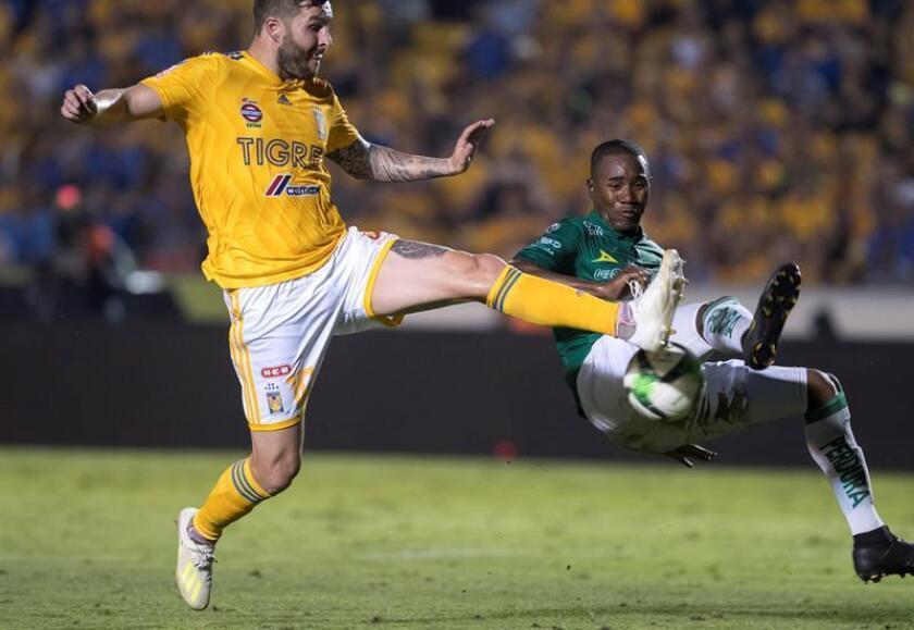 Andre Gignac (i) de Tigres disputa el balón con Andres Mosquera (d) de León durante el partido de ida de la final del Clausura 2019, en el estadio Universitario de Monterrey (México). EFE/ Miguel Sierra/Archivo