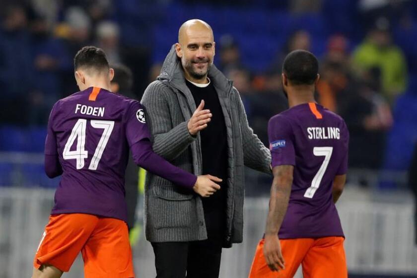El técnico del Manchester City, Josep Guardiola (c), saluda a sus jugadores. EFE/Archivo