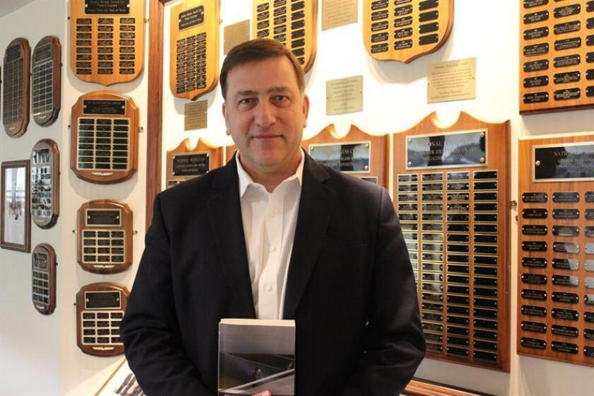 """El escritor Pablo Gato posa mostrando una copia de su libro """"Unidad 120050. Objetivo: independencia"""" en Washington, DC. EFE/Archivo"""