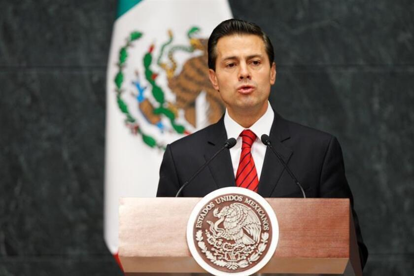 El presidente de México, Enrique Peña Nieto, dará este miércoles un mensaje al país en su primera actividad de regreso de las vacaciones navideñas y en medio de una ola de protestas en el país por la subida del precio del combustible impuesta por su Gobierno desde el 1 de enero. EFE/ARCHIVO