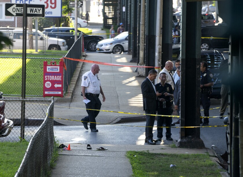 Unas sandalias en el suelo marcan el lugar donde el líder de la mezquita Al-Furqan Jame Masjid y un colaborador fueron asesinados a tiros a plena luz del día en el vecindario de Ozone Park en Queens, en la ciudad de Nueva York, el sábado 13 de agosto de 2016. (AP Photo/Craig Ruttle)