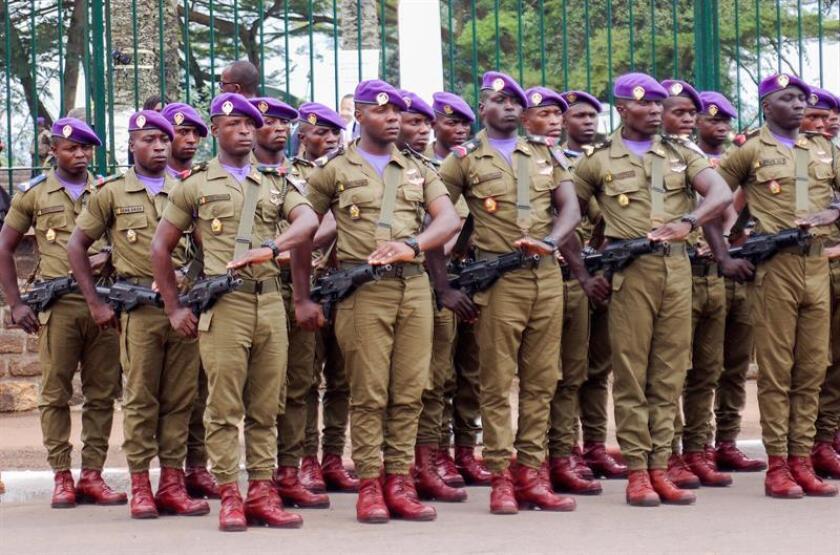Soldados del Ejército de Camerún desfilan durante la ceremonia de investidura del presidente del país, Paul Biya (no aparece), en Yaundé (Camerún), hoy, 6 de noviembre de 2018. EFE