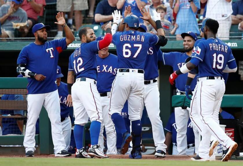 Ronald Guzman (c) de los Texas celebra un home run durante un partido de la MLB. EFE/Archivo