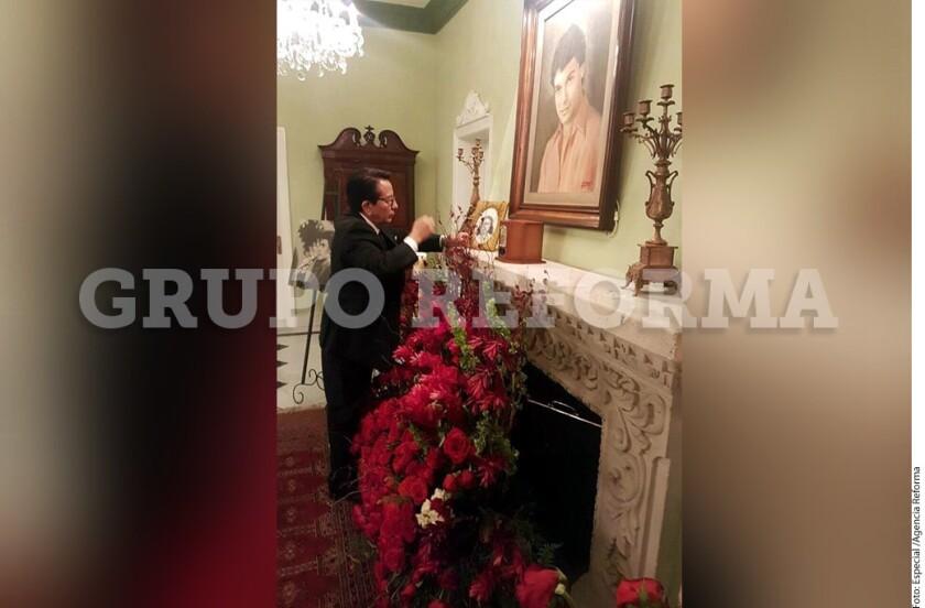 Las cenizas de Juan Gabriel ya reposan en la chimenea de su casa, junto a una foto de su madre que tenía en su cuarto y con la que siempre viajaba, contó una fuente allegada a la familia.