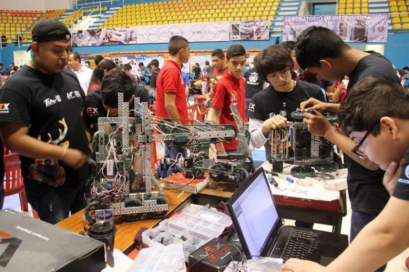 Jóvenes estudiantes participan este sábado, en el Torneo Nacional de Robótica en el balneario de Cancún en Quintana Roo (México). EFE