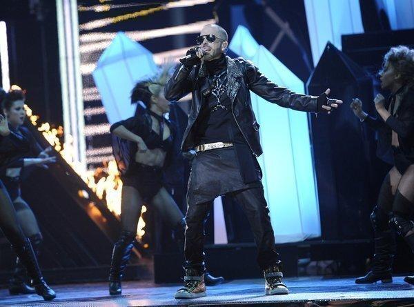 Yandel rocks the stage amid his backup dancers.