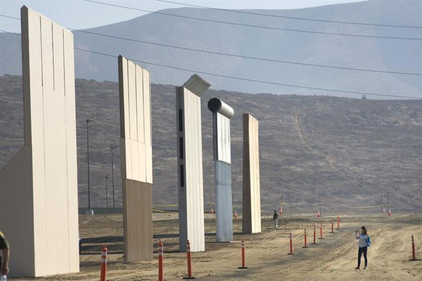 El presidente Donald Trump planea visitar a mediados de marzo los prototipos para un posible muro en la frontera con México que su Gobierno ordenó construir cerca de San Diego (California), según informó hoy el diario The Washington Post. EFE/ARCHIVO
