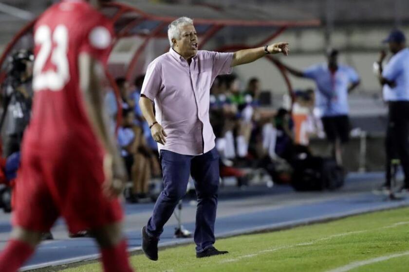 El director técnico de Panamá, Americo Gallego, da indicaciones el pasado domingo, durante un partido de fútbol de la Liga de Naciones de la Concacaf, en el estadio nacional Rommel Fernández de Ciudad de Panamá (Panamá). EFE/Bienvenido Velasco