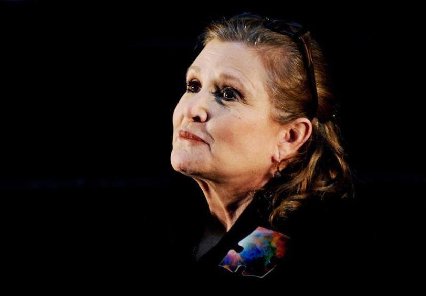 """La actriz Carrie Fisher, muy conocida por su papel de la princesa Leia en """"Star Wars"""", sufrió hoy un ataque al corazón durante el aterrizaje de un vuelo en el aeropuerto de Los Ángeles (EEUU), aseguró el medio especializado en noticias de famosos TMZ. EFE/EPA/ARCHIVO"""