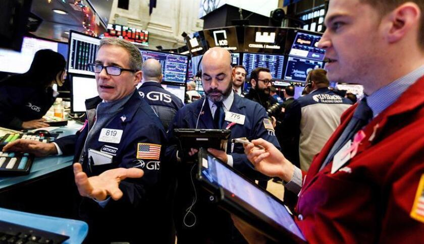 Varios trabajadores de la bolsa de Wall Street durante su jornada en Nueva York (Estados Unidos). EFE/Archivo