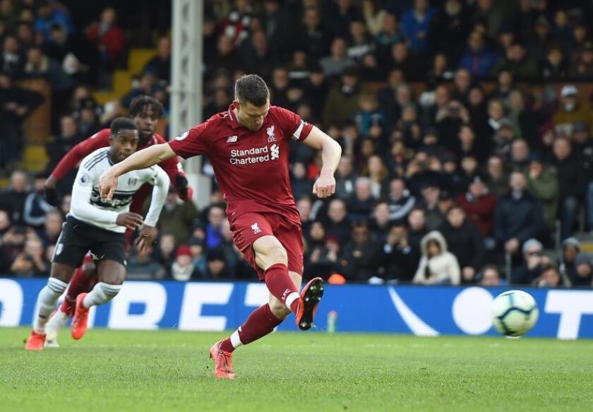 El medio del Liverpool James Milner convierte el penalti durante el partido de la Premier League que han jugado Fulham FC y Liverpool FC en Craven Cottage stadium de Londres, Reino Unido. EFE/EPA