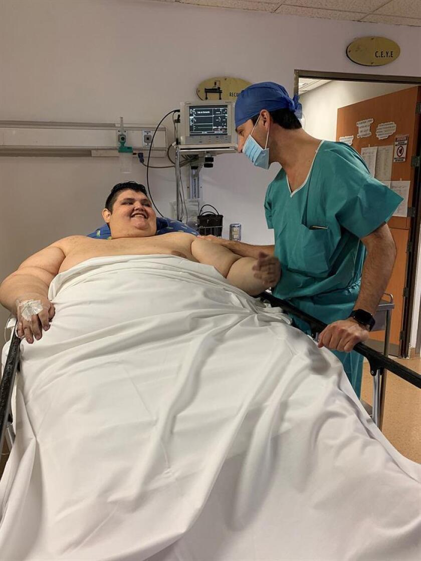 El mexicano Juan Pedro Franco (i,) es atendido por el medico José Antonio Castañeda (d) hoy, viernes 23 de noviembre de 2018, en un hospital en la ciudad de Guadalajara, en el estado de Jalisco (México). EFE