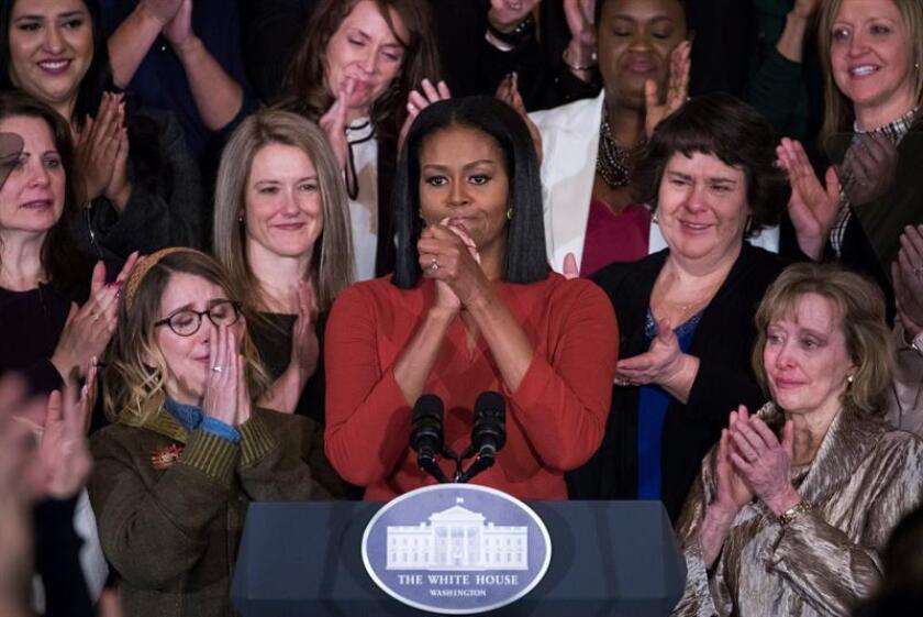 """Michelle Obama centró hoy su último discurso oficial en los jóvenes, a quienes pidió que abracen la esperanza frente al miedo, así como la """"gloriosa diversidad"""" de EEUU, al declarar entre lágrimas que ejercer de primera dama en los últimos ocho años ha sido """"el mayor honor"""" de su vida. EFE"""